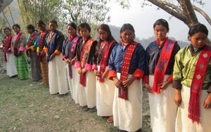Lạ kỳ thổ dân Lhop với tập tục kết hôn cận huyết thống và món thịt đặc trưng làm từ giòi