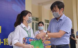 200 suất quà của bạn đọc Báo NTNN/Điện tử Dân Việt được trao đến tay sinh viên Học viện Nông nghiệp Việt Nam