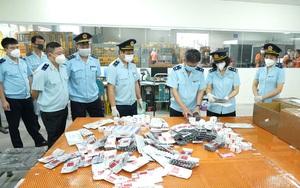 Clip: Thu giữ 60.000 viên thuốc điều trị Covid-19 về Việt Nam dưới dạng quà biếu