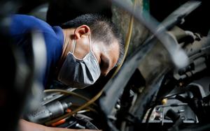 Hà Nội: Cửa hàng sửa xe máy đông nghịt, nhiều người chờ cả ngày mới được nhận xe
