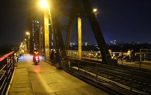 Cầu Long Biên đông đúc người hóng gió, bất chấp lệnh giãn cách xã hội