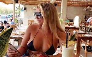 Mặc bikini thả dáng sexy trên biển, nữ cầu thủ nhận mưa lời khen