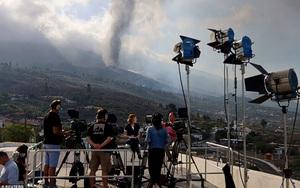 Tây Ban Nha: Dung nham núi lửa phun trào cao hàng trăm mét, hút khách du lịch tới chứng kiến