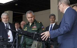 """Ngỡ ngàng súng Kalashnikov có hẳn """"bộ não riêng"""" lần đầu ra mắt Đại tướng Sergei Shoigu"""
