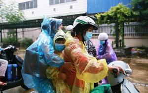 Hà Nội: Người thân đội mưa lớn đến đón công dân phường Thanh Xuân Trung đi cách ly trở về