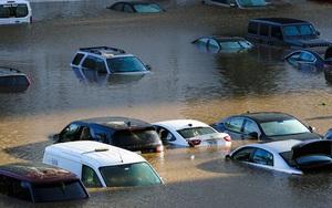 """Ảnh: Ô tô """"bơi"""" trong cơn lũ sau trận mưa lịch sử tại Mỹ"""