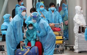 Ảnh - Video: Hàng trăm trẻ em, phụ nữ có thai được tỉnh Lâm Đồng đưa về quê bằng máy bay