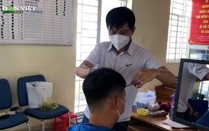 Tình nguyện viên cắt tóc cho bộ đội, lực lượng phòng dịch tuyến đầu: Hành động nhỏ, ý nghĩa lớn
