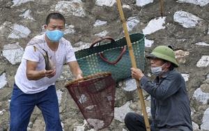 Bất chấp lệnh cấm, người dân tụ tập đánh cá trên sông Kim Ngưu