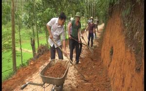 Đồng bào dân tộc thiểu số tự ứng tiền nhà ra để mua vật liệu đổ bê tông làm đường làng ở tỉnh Yên Bái