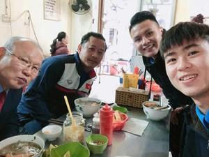 Quang Hải, Duy Mạnh chiêu đãi HLV Park Hang Seo món phở bò