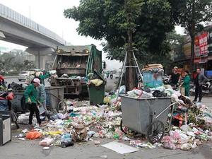 Bốn ngày ùn ứ rác, dân Thủ đô chịu mùi hôi thối, công nhân môi trường khổ sở