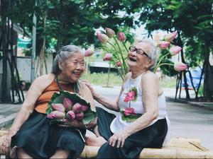 Xốn xang với nụ cười tỏa nắng, thần thái yêu đời của các cụ U90 bên hoa sen