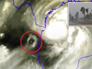 Vật thể bí ẩn xuất hiện bên cạnh siêu bão đổ bộ vào Mỹ