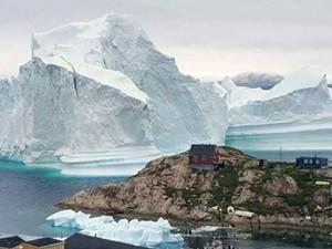 """Băng trôi 11 triệu tấn """"ghé chơi"""", cả ngôi làng ở Greenland nín thở"""