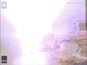 Rợn người khoảnh khắc sét đánh trúng thuyền buồm, tạo thành quả cầu lửa