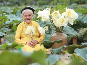 """Thổn thức trước cụ bà 90 làm duyên với hoa sen, với nụ cười răng đen """"tỏa nắng"""""""