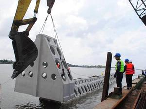 Áp dụng công nghệ mới thực hiện dự án kè chắn sóng khẩn cấp bảo vệ bờ biển Cà Mau