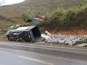 Sơn La: Tai nạn liên tiếp trên QL 6, 4 xe tải lật ngang dưới rãnh