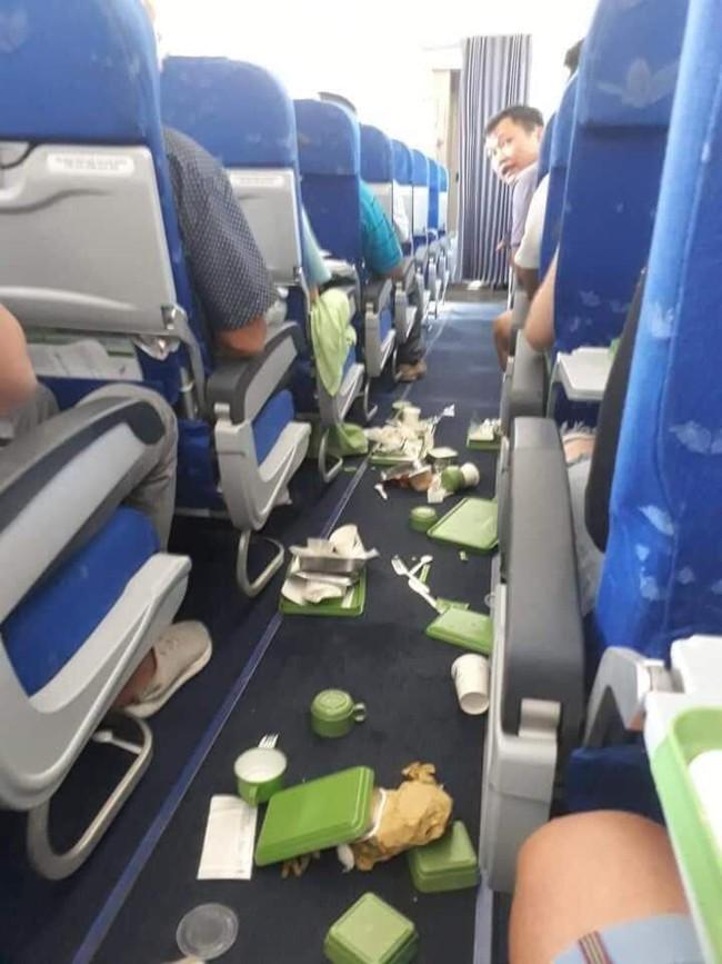 Máy bay Bamboo Airways gặp sự cố rơi hẫng 2 lần hành khách hoảng sợ - Ảnh 1.