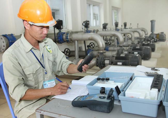 Sự cố nước sông Đà nhiễm dầu thải: Hà Nội thành lập trung tâm giám sát hệ thống nước sạch - Ảnh 1.