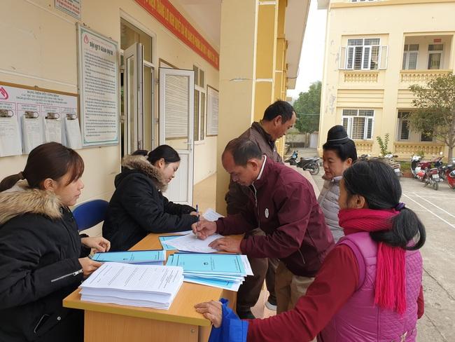 Các hội viên nhận tài liệu và phiếu đánh giá khi tham gia lớp tập huấn.
