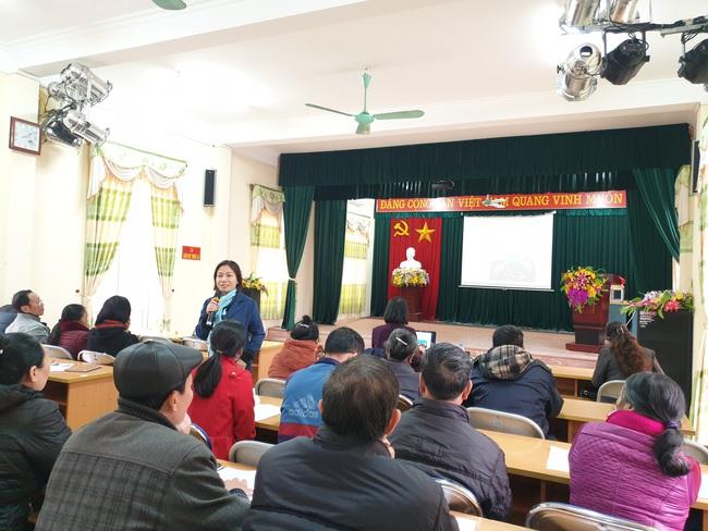 Bà Hà Thị Quỳnh Anh Trưởng nhóm giới Qũy dân số Liên hiệp quôc tại Việt Nam chia sẻ với hội viên những vấn đề chung về bạo lực gia đình.