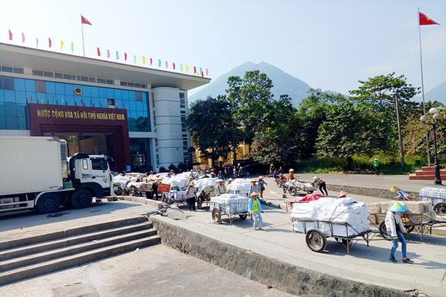 Tạm dừng hoạt động xuất nhập khẩu tại 4 điểm xuất hàng qua biên giới tỉnh Quảng Ninh - Ảnh 1.