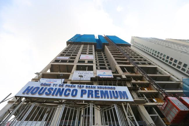 """Sau lệnh """"cấm"""" Housinco Premium vẫn tiếp tục thi công - Ảnh 1."""