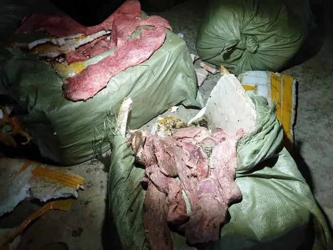 Lạng Sơn: Bắt giữ 4 tạ nầm lợn đông lạnh, bốc mùi hôi thối - Ảnh 1.