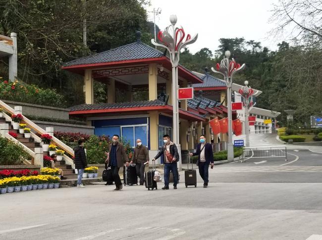 Lạng Sơn: Tạm dừng cấp giấy thông hành cho công dân Việt Nam sang Trung Quốc - Ảnh 2.
