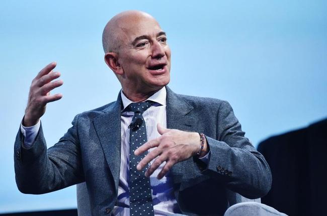 """Tỷ phú Jeff Bezos """"bỏ túi"""" thêm 12,8 tỷ USD, giữ ngôi vị người giàu nhất thế giới   - Ảnh 1."""