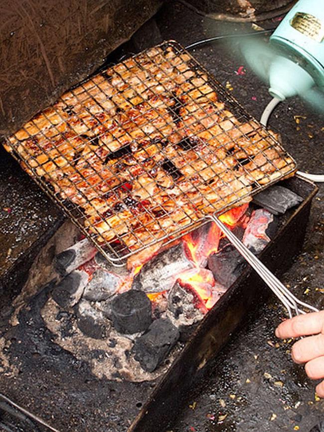 Khoa học chứng minh vì sao chúng ta chỉ nên dùng than củi để quạt bún chả - Ảnh 1.
