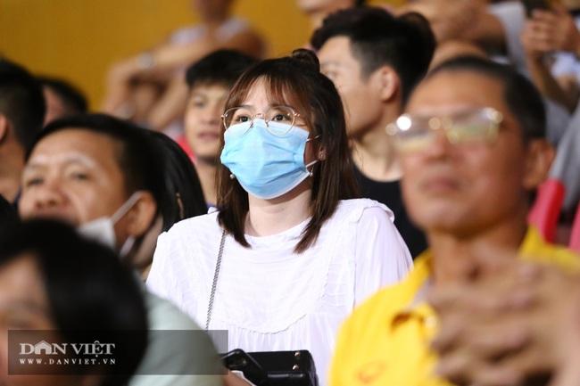 Huỳnh Anh bạn gái Quang Hải xuất hiện cổ vũ Hà Nội - Ảnh 1.