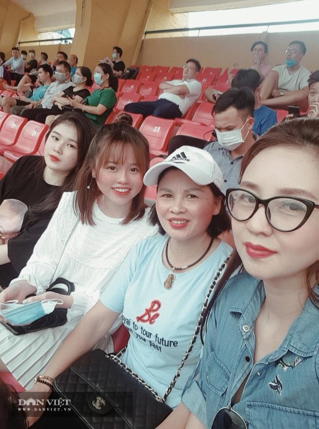 Huỳnh Anh bạn gái Quang Hải xuất hiện cổ vũ Hà Nội - Ảnh 3.