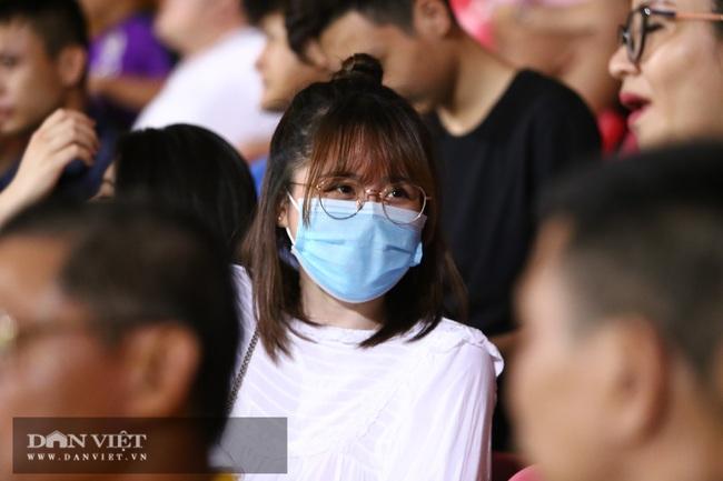 Huỳnh Anh bạn gái Quang Hải xuất hiện cổ vũ Hà Nội - Ảnh 2.