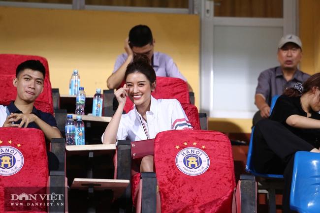 Huỳnh Anh bạn gái Quang Hải xuất hiện cổ vũ Hà Nội - Ảnh 4.