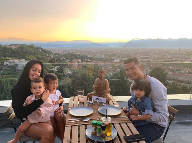 Những ngôi nhà của Ronaldo: Từ Madeira cho đến Turin - Ảnh 12.