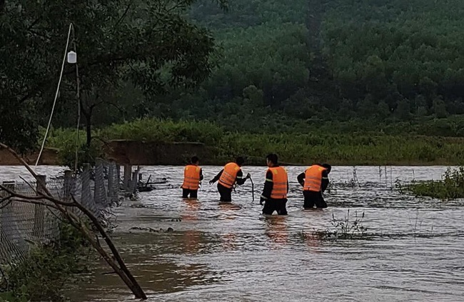 Đà Nẵng chỉ đạo giảm lưu lượng dòng chảy để tìm kiếm nạn nhân mất tích - Ảnh 2.