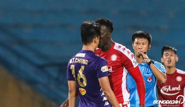 """Tin sáng (12/10): Ngoại binh của TP.HCM """"dằn mặt"""" trung vệ ghi bàn Thành Chung - Ảnh 1."""