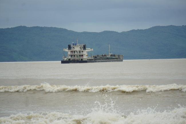 Tàu chở hàng cùng 15 thuyền viên bị mắc cạn tại Đà Nẵng - Ảnh 1.