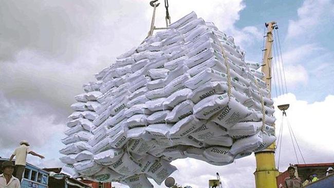 Giá gạo Việt Nam chỉ còn thấp hơn Thái Lan 10 USD/tấn - Ảnh 1.