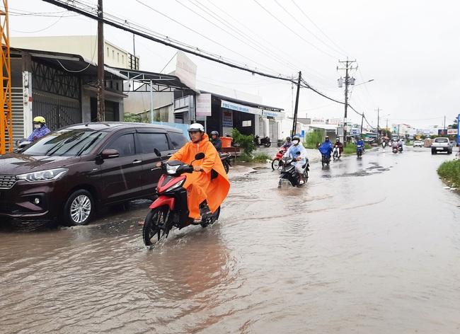Cà Mau: Mưa lớn kéo dài, đường thành phố ngập sâu, học sinh một huyện phải nghỉ học - Ảnh 2.