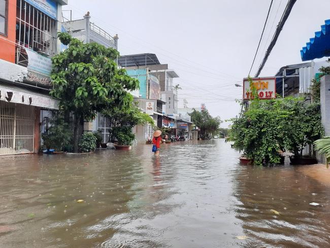 Cà Mau: Mưa lớn kéo dài, đường thành phố ngập sâu, học sinh một huyện phải nghỉ học - Ảnh 3.