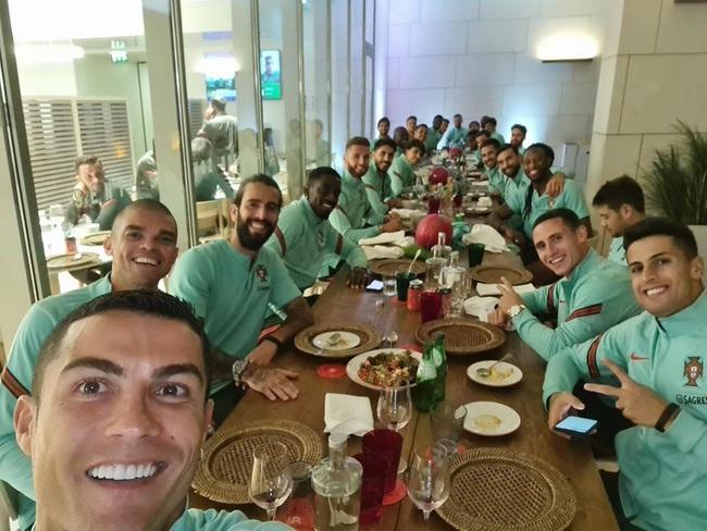 M.U và 3 đội bóng Ngoại hạng Anh bị vạ lây vì Ronaldo nhiễm Covid-19 - Ảnh 2.