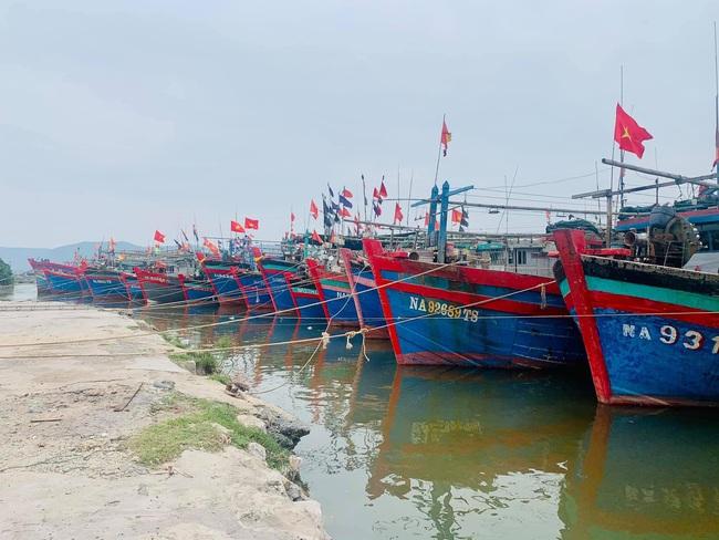 Nghệ An: Tàu thuyền tìm nơi neo đậu, người dân căng mình ứng phó bão số 7   - Ảnh 1.