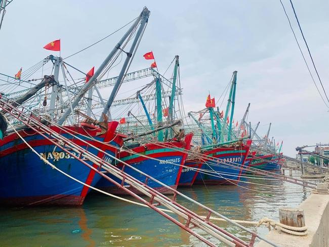 Nghệ An: Tàu thuyền tìm nơi neo đậu, người dân căng mình ứng phó bão số 7   - Ảnh 2.