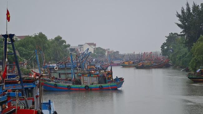 Nghệ An: Tàu thuyền tìm nơi neo đậu, người dân căng mình ứng phó bão số 7   - Ảnh 3.