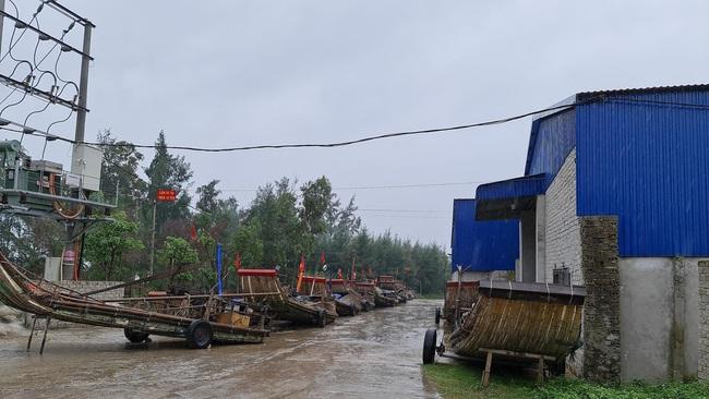 Nghệ An: Tàu thuyền tìm nơi neo đậu, người dân căng mình ứng phó bão số 7   - Ảnh 4.
