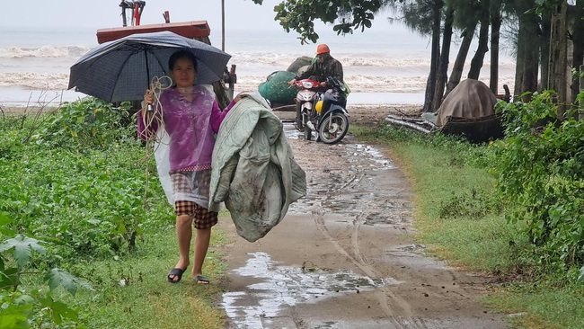 Nghệ An: Tàu thuyền tìm nơi neo đậu, người dân căng mình ứng phó bão số 7   - Ảnh 5.